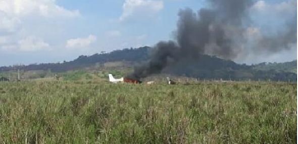 Avião é consumido pelo fogo após pouso forçado em fazenda de Novo Progresso