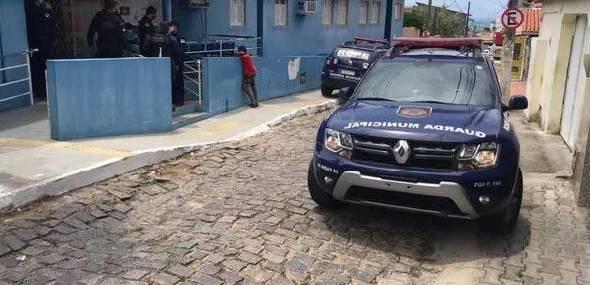 Bandidos armados com metralhadoras invadem posto de saúde e roubam vacinas contra a Covid-19 em Natal
