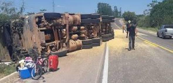 Caminhão carregado de milho tomba na BR-163 próximo a Novo Progresso