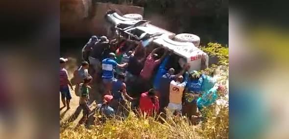 Carro cai de ponte e deixa um morto e dois feridos, em Uruará