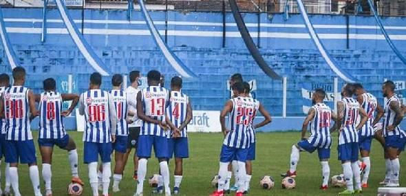 Clima de jogo: Paysandu coloca as faixas e bandeiras da torcida no estádio da Curuzu