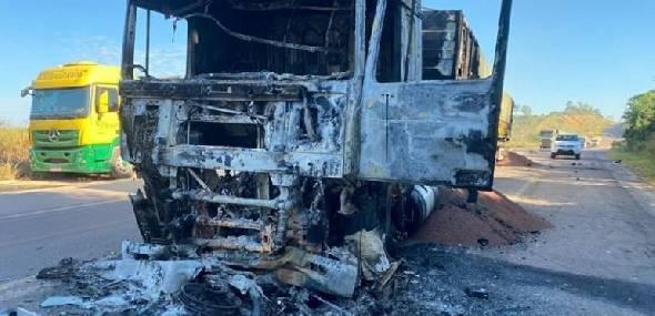Colisão entre caminhão e motocicleta deixa dois mortos na BR 163 em Novo Progresso