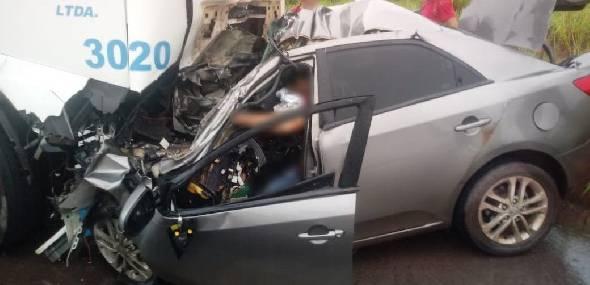Grave colisão entre carro e caminhão deixa homem morto na BR-163, em distrito de Itaituba