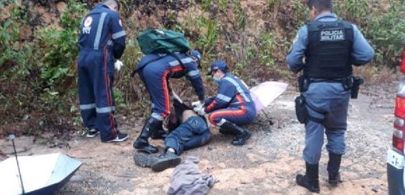 Homem 'morto' tenta correr com a chegada de ambulância do Samu