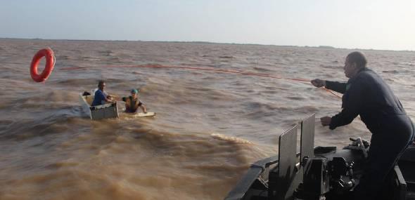 Marinha resgata três homens à deriva em geladeira perto de Santarém