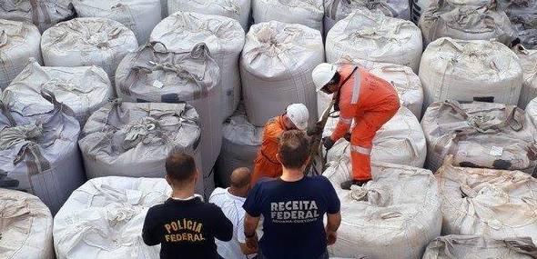 Operação apreende 1,5 tonelada de cocaína em navio no porto de São Sebastião, SP